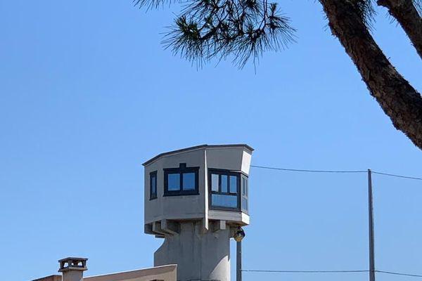 Les filets de protection du centre pénitentiaire n'empêchent pas les projections extérieures de drogue et autres objets interdits.