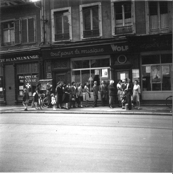 1947 : la foule attend l'ouverture de la location du festival.