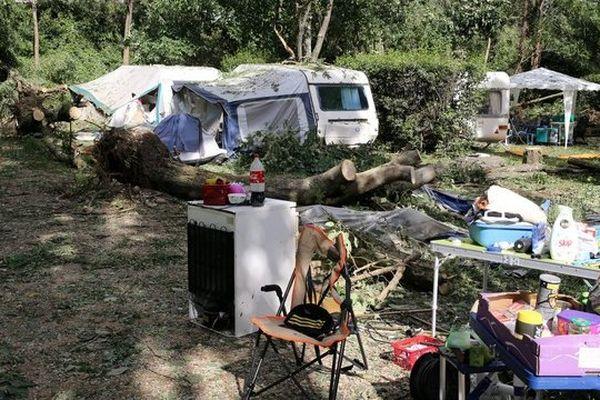 Un camping dévasté après le passage d'une mini-tornade en juillet 2014