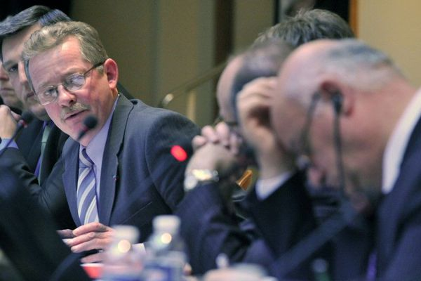 Le commissaire européen Joe Borg écoute Daniel Lefevre, le président du comité des pêches de Basse-Normandie en  2009