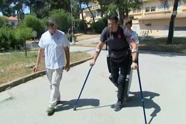 Les exosquelettes permettent à des personnes paraplégiques de recouvrer la marche : ils accompagnent ses mouvements et supporte les efforts à sa place.