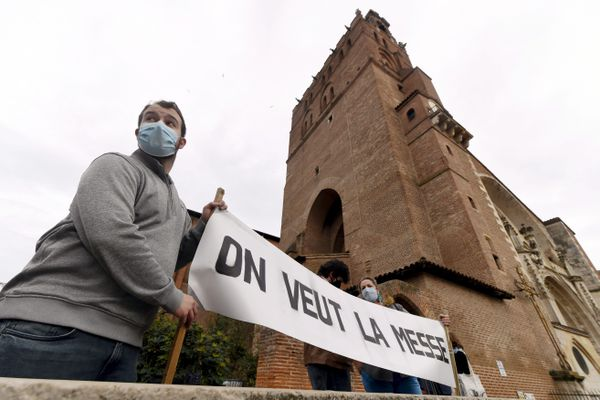 La manifestation, organisée par des organisations catholiques traditionalistes, réclamant le retour de la messe, a réuni des centaines de personnes devant la cathédrale Saint Etienne, dimanche 15 novembre.