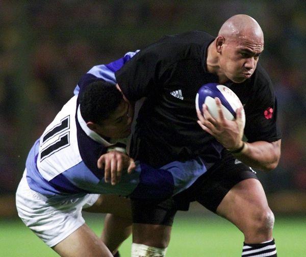 Le père des trois néo-Castrais, Siaki Tukino, a porté le maillot des All-Blacks face aux Barbarians, le 7 novembre 2000 au stade Félix Bollaert de Lens (Pas-de-Calais).