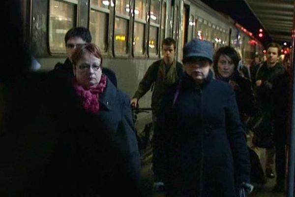 Voyageurs à l'arrivée en gare d'Orléans.