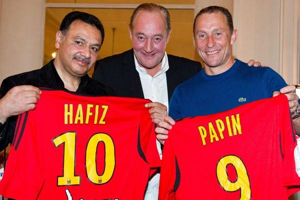Le nouvel homme fort du RC Lens prend la pose aux côtés de Gervais Martel et Jean-Pierre Papin.