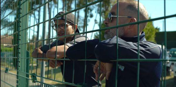 Au bord du terrain, les coaches du club de Coudoux regardent d'un oeil attentif les joueuses évoluer sur la pelouse.