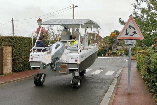 A Saint-Aubin-sur-mer, un nouvel engin fait son apparition sur les routes : le Tringaboat de la famille Grondin !