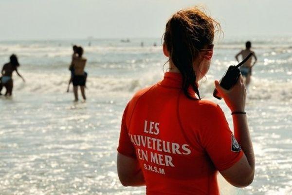 ILLUSTRATION - Surveillance d'une plage par un nageur sauveteur de la SNSM