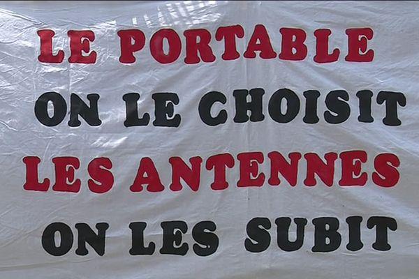 Banderole anti-antenne relais à Villeneuve-de-la-Raho (Pyrénées-Orientales)