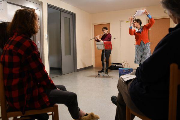 Juliette Faure, flûtiste, et Fabienne Martineau, comédienne et conteuse, font partie des artistes qui sont allés jouer pour les personnes très isolées.