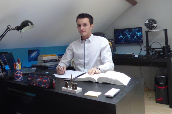 """Théo s'organise avec deux bureaux : """"en premier plan, c'est celui où je fais mes devoirs etc. En arrière plan, celui avec mon ordinateur où je fais des recherches, je code et je joue aux jeux vidéos, à côté des deux écrans vous pouvez apercevoir mon imprimante 3D""""."""