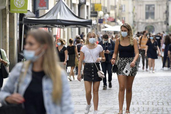 Le port du masque est obligatoire dans le centre-ville de Rennes pour freiner la propagation du coronavirus Covid-19.