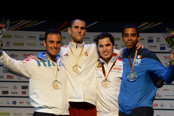 De gauche à droite : la médaille d'argent Paolo Pizzo (Italie), le champion médaillé d'or Andreas Redli (Hongrie), et les deux médailles de bronze ex-aequo Max Heinzer (Suisse) et Jean-Michel Lucenay (France) à la cérémonie après la finale épée de l'Euro 2014 à Strasbourg.