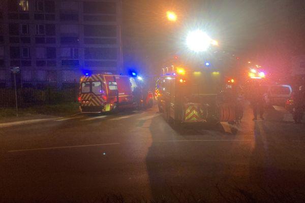 Les pompiers en nombre devant l'immeuble où a eu lieu l'incendie.