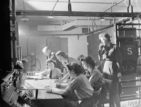 Des opératrices de la Women's Auxiliary Air Force (WAAF) à la station radar de Bawdsey, dans le Suffolk (photo non datée).