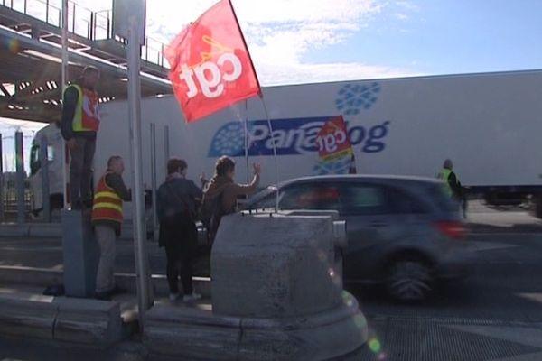 Le péage de Fresnes-lès-Montauban était gratuit pour les automobilistes ce mardi matin.