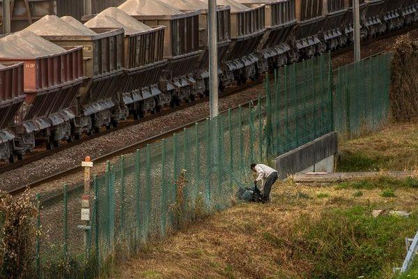 Un migrant à Coquelles à proximité de l'entrée du tunnel sous la Manche (image d'illustration).