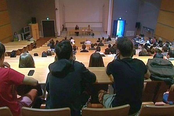 Béziers (Hérault) - la présidente de l'université Montpellier III face aux étudiants - 9 octobre 2013.