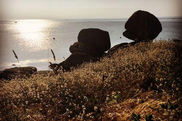 Quand les rochers pratiquent la distanciation sociale sur la côte sud finistérienne