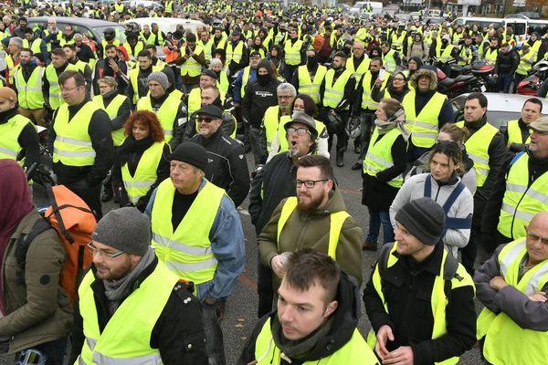 Manifestation des gilets jaunes pour protester contre la hausse du carburant. Les conducteurs ont mis leur gilet jaune