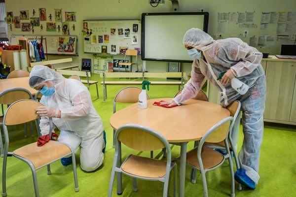 Désinfection des salles de classe avant la réouverture, le 11 mai, pour les élèves de maternelles et de primaires.