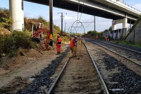 Les techniciens travaillent depuis vendredi au rétablissement des voies au niveau de la 2e coulée de boue sur la ligne Dax - Morcenx