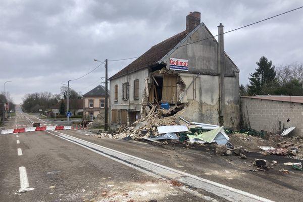 A Connantray-Vaurefroy dans la Marne, un poids-lourd s'est encastre dans cette maison en pleine nuit.