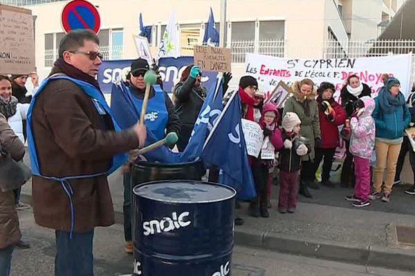 Devant l'inspection d'académie de Perpignan, enseignants, élèves et parents protestent contre les sous-effectifs de la carte scolaire.