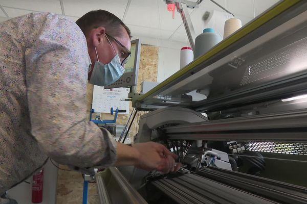 Bertrand Hélias prépare le banc de tricot automatique avant l'impression 3D d'un pull