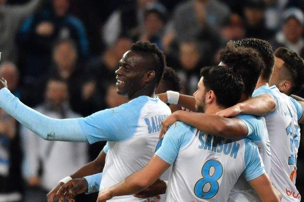 Balotelli a célébré sa joie en associant ses coéquipiers avec un selfie