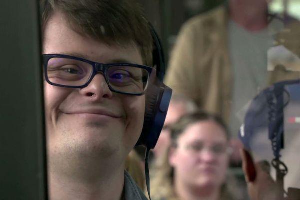 Robin rêve de devenir chanteur, il travaille aujourd'hui dans une MDPH à Arras.