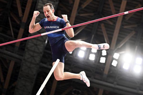 Le 31 juillet 2021, après un début de qualifications quelque peu laborieux et plusieurs échecs, Renaud Lavillenie a passé 5,75 m dès le premier essai. Un saut qui lui offre une chance d'aller se battre pour une troisième médaille olympique en 3 participations.