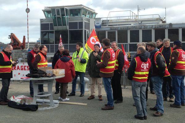 Un premier groupe de militants de la CGT au barrage de la Rance, entre Dinard et Saint-Malo