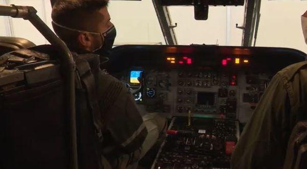 Le Sergent Maxime explique le fonctionnement des touches d'un CASA au jeune passionné d'aéronautique Louis.