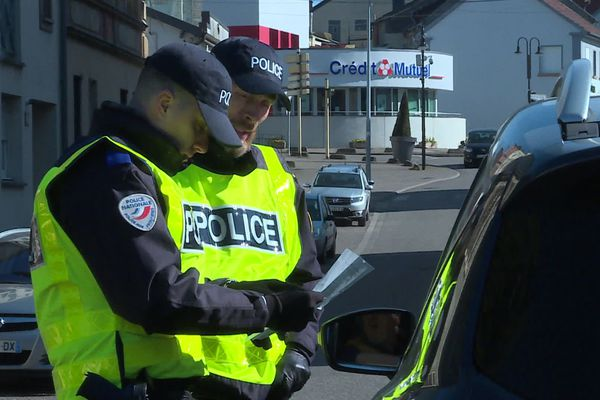 La police effectue des contrôles au passage de la frontière avec l'Allemagne à Petite-Rosselle.