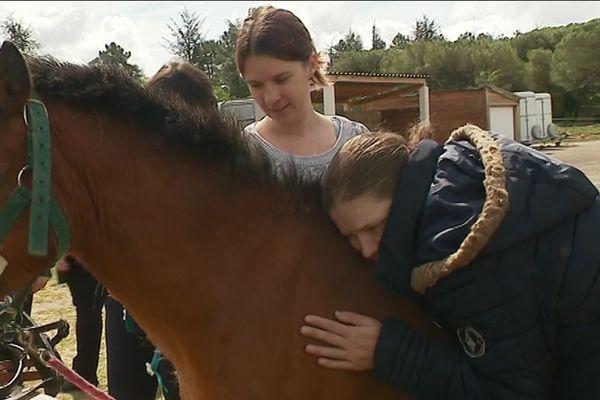 Rencontre entre les jeunes qui souffrent d'autisme ou de trisomie et l'animal au centre équestre de Saint-Cézaire-sur-Siagne.