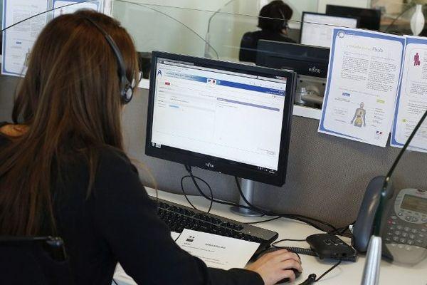Une employée du centre d'appels dédié au virus Ebola répond aux questions du public. Un seul numéro en cas de doutes : 0800 13 00 00
