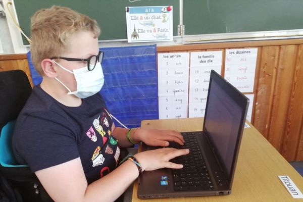 Titouan, 11 ans, porte un masque en classe, sur les recommandations de son médecin rééducateur