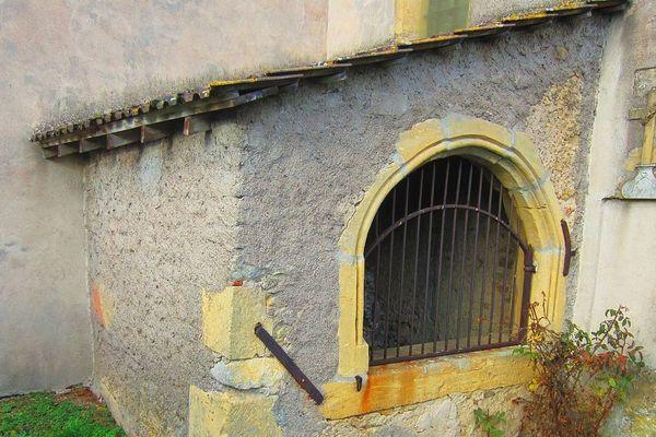 L'ossuaire est adossé à l'arrière de l'église de Jouaville (Meurthe-et-Moselle).