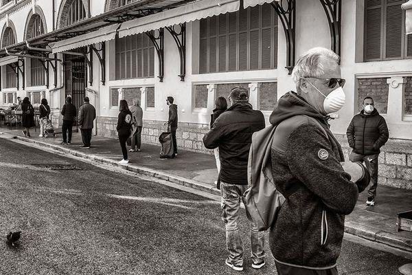 Les Mentonnais attendant pour entrer dans le marché des halles.