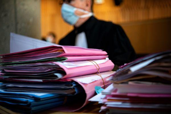 Un avocat devant une pile de dossiers - Photo d'illustration