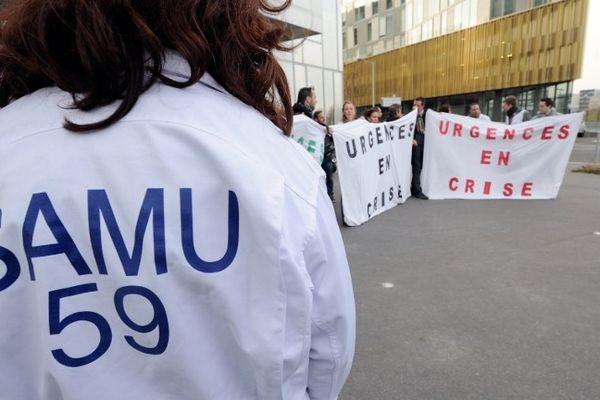 Des médecins urgentistes de Roubaix devant l'ARS à Lille, ce mardi soir.