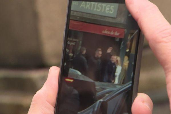 Les Honfleurais ont pu prendre quelques clichés du président à la sortie de son restaurant habituel.