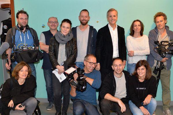 L'équipe de tournage, accompagnée du présentateur de l'émission.