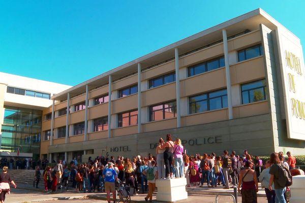 Montpellier - manifestation de femmes devant l'hôtel de police en soutien aux victimes de violences sexuelles - 10 décembre 2021.