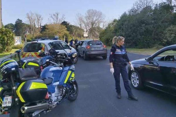 A la Grande Motte près de Montpellier, les contrôles de police se renforcent pour les vacances scolaires. Le confinement continue.