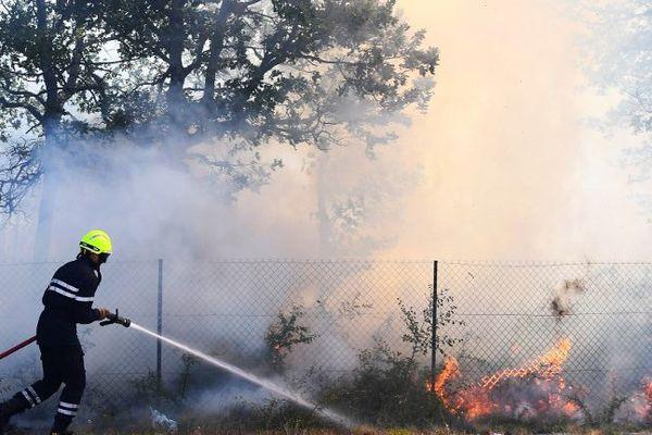 Les pompiers luttent contre le feu à Artigues, dans le Var