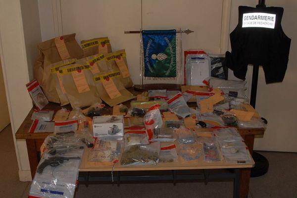 Drogues dures, shit, armes à feu et argent liquide ont été découverts lors des perquisitions menées par les forces de l'ordre, le 5 février 2019.