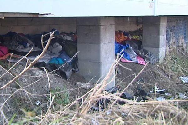 Des jeunes migrants se sont installés sous les ponts, en attendant de rejoindre l'Angleterre.