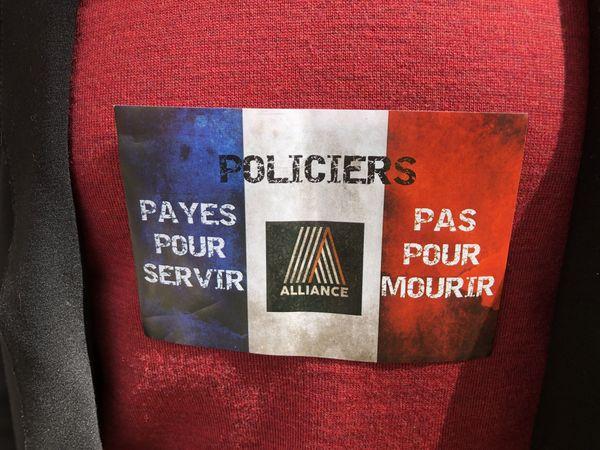Certains policiers arboraient cet autocollant sur leur tenue civile.